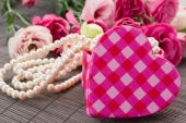 Heart box with pearls and flowers — Stock Photo