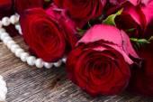 Czerwone róże na aksamit — Zdjęcie stockowe