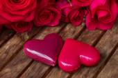 Dark pink  roses with hearts and tag — Stockfoto