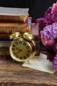 Pile de livres avec horloge — Photo