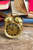 堆书与时钟 — 图库照片