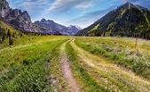 Estrada no vale da montanha — Fotografia Stock