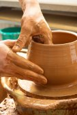 Händerna på en krukmakare, skapa ett lerkärl burk — Stockfoto