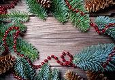 Sfondo di Natale con un ornamento rosso e abete — Foto Stock