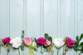 复古木背景上的花 — 图库照片