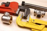 Raccordo e due chiavi regolabili per opere idrauliche — Foto Stock