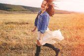 Beauty girl outdoors enjoying nature. Free happy woman — Stock Photo