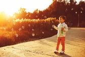 小男孩玩的肥皂泡 — 图库照片