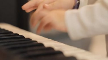 Childs hands playing piano — Stock Video