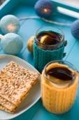 Two cups of delicious tea in knitted sweater yellow on blue background and cookies — Stockfoto