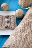 мягкое вязаное одеяло, шары пряжи, лежащие на синем фоне — Стоковое фото