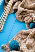 деревянные иглы лежат рядом с яркой путаницей нитей и вяжут — Стоковое фото