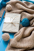 One old notebook in knitted cover lie next to the coil bright fi — Stock fotografie