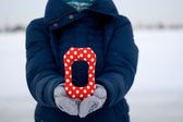 """Girl In Blue Down Jacket And Gloves Holding A Letter Of Tissue """"o"""" — 图库照片"""