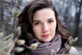 Портрет молодой красивая брюнетка кудрявый в бежевый Пальто и s — Стоковое фото
