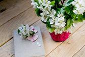 Um buquê de flores da Primavera branca e velho caderno vintage com — Fotografia Stock