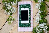 Witte smartphone liggend op een houten achtergrond — Stockfoto
