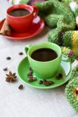 Green and red cups of coffee with coffee Bence, anise star — Stock Photo