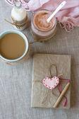 Blauwe kopje koffie in gebreide trui, zelfgemaakte berry yoghurt — Stockfoto