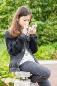 A young girl using smartphone in park — Foto Stock