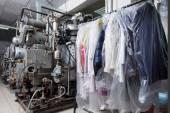 Sauber verpackt kleider hängen im chemische reinigung — Stockfoto