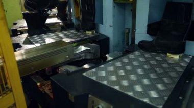 Visa oavslutade stövlar på produktion maskin — Stockvideo
