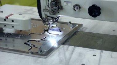 Изготовление обуви, используя швейную машину — Стоковое видео