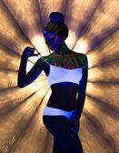 Svůdná štíhlá dívka tančí v neonové světlo — Stock fotografie
