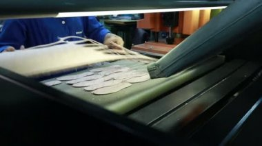 View of worker takes manufactured insoles — Stock Video