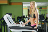 Bilden av smal blond tränar på löpband — Stockfoto