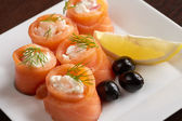 Close-up of salmon rolls with spicy sauce — 图库照片
