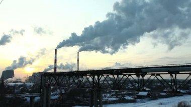 Termiczne stacji dymu w niebo na zachodzie słońca zimą — Wideo stockowe