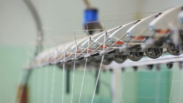 Trabajos de telar - vista del hilo de rosca — Vídeo de stock