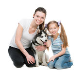 Two sisters and a husky dog — Stock Photo