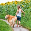 niña con golden retriever — Foto de Stock   #61987651