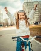 маленькая девочка на велосипеде — Стоковое фото