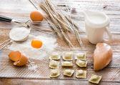 Tavuk ile ahşap tahta üzerinde tortellini — Stok fotoğraf
