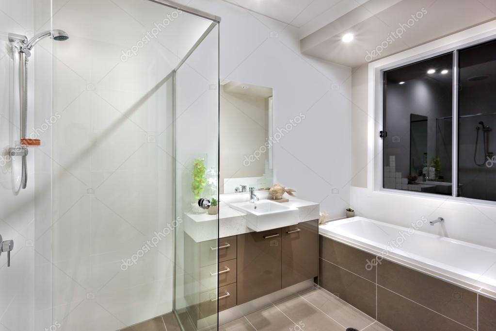 Nuovo bagno con zona tra cui vasca lavaggio foto stock - Vasca sotto finestra ...