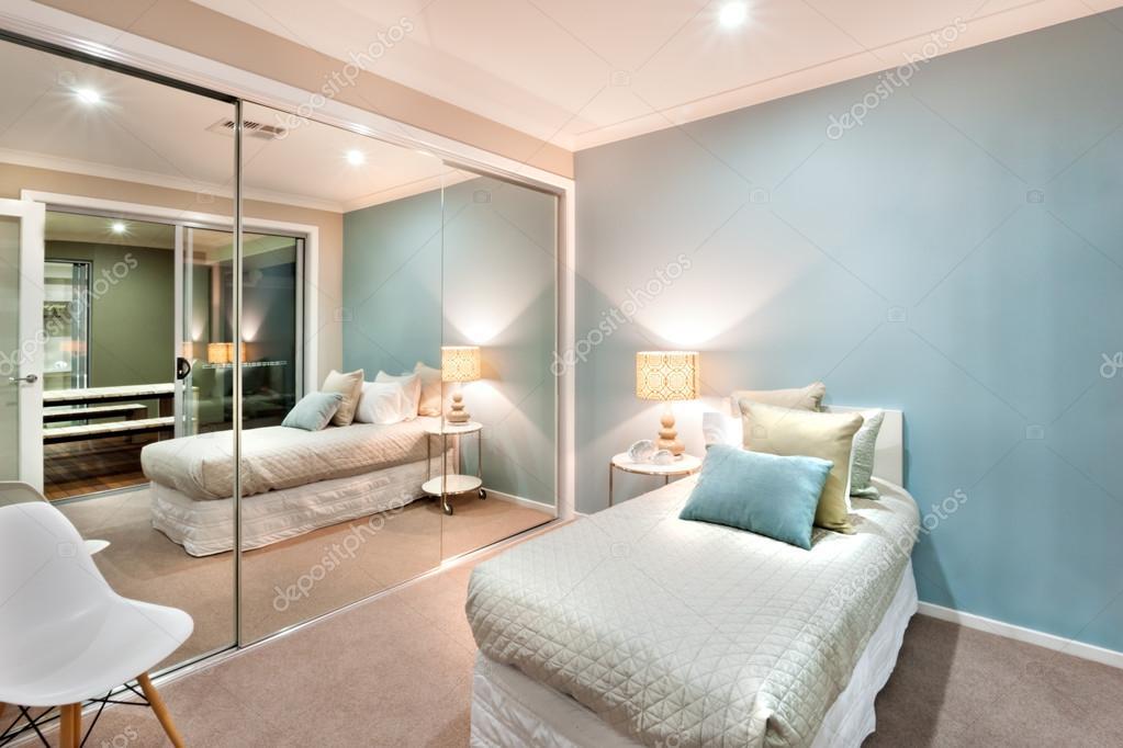 작은 침실에 베개는 싱글 침대와 조명 설정 — 스톡 사진 ...