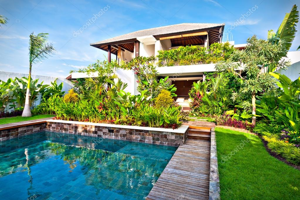 Diseño de lujo decoración del jardín de una casa moderna — foto de ...