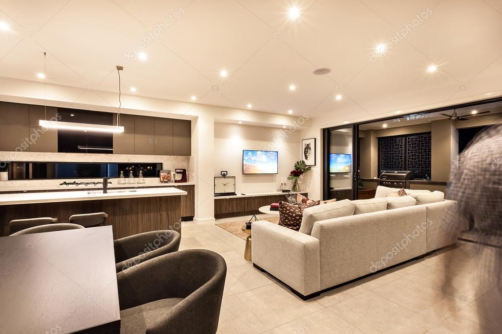 Interior de casa de lujo con sala de estar y la cocina for Sala de estar y cocina