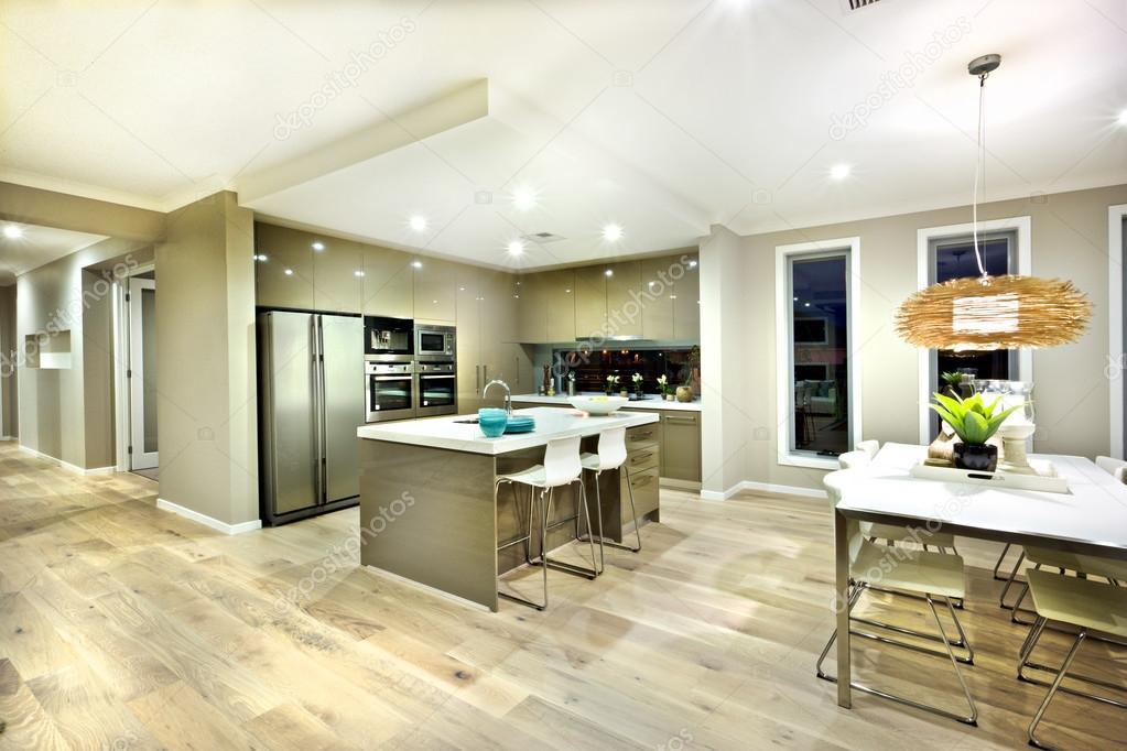 Moderna cucina e sala da pranzo vista all'interno di zona di una ...
