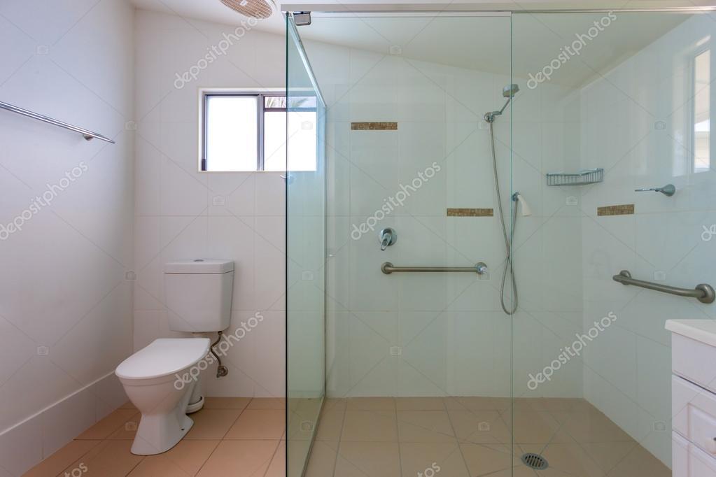 Einfaches badezimmer mit gro er dusche stockfoto for Bilder badezimmer mit dusche