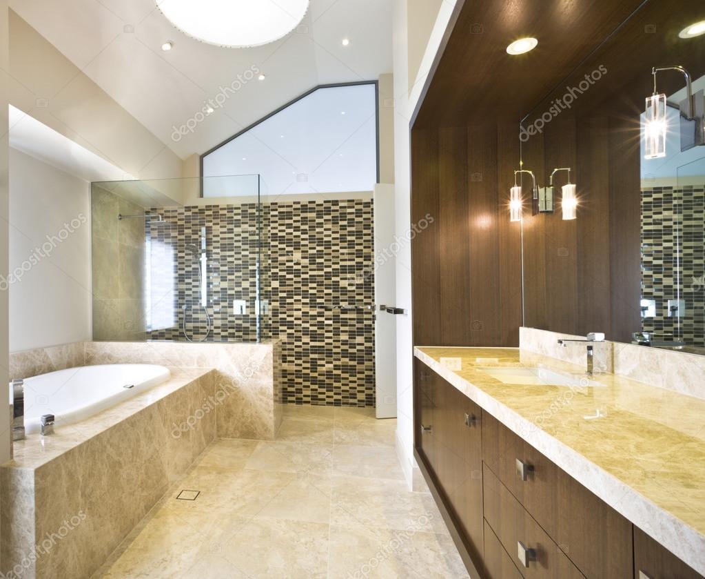 Rymligt badrum med badkar — stockfotografi © jrstock1 #95083716
