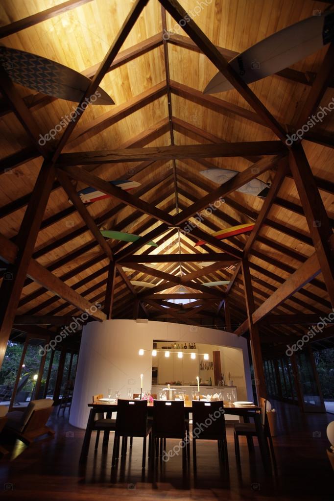 Salón comedor con un techo alto — Foto de stock © jrstock1 #95634116