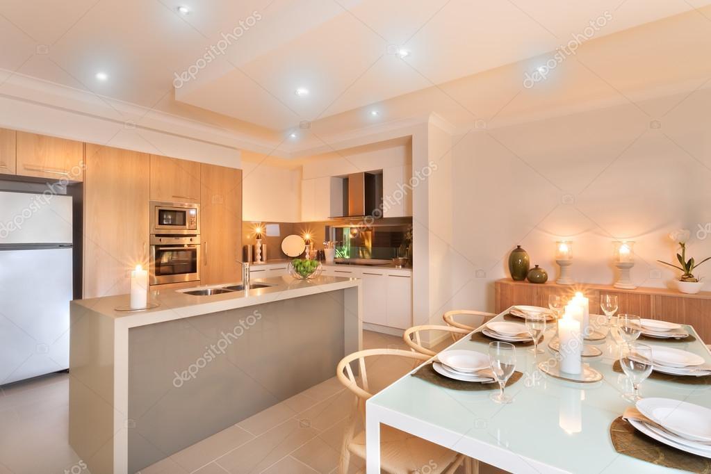 Keuken en tafel setup met kaarsen knippert klaar voor t ...