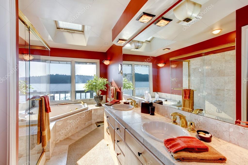 Rosso e interno in marmo del bagno padronale di grande lusso con ...