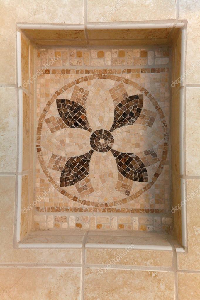 Mosaico de azulejos de piedra natural con repisa en el for Azulejos bano piedra natural