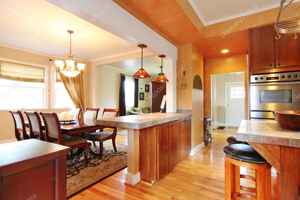Interior de la casa con diseño abierto de la pared. vista de ...