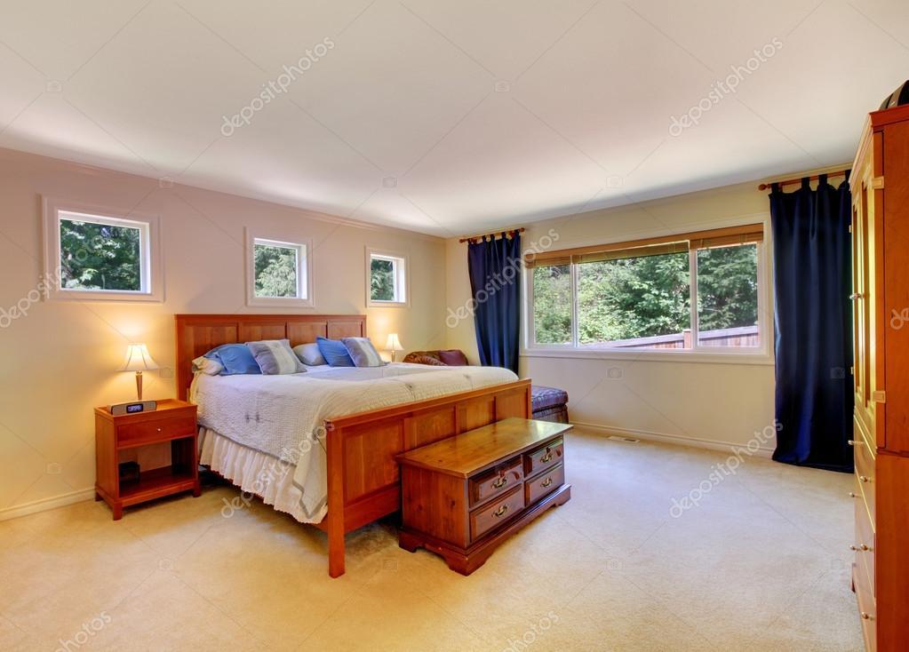 Interno camera da letto con pavimento in moquette beige e tende ...